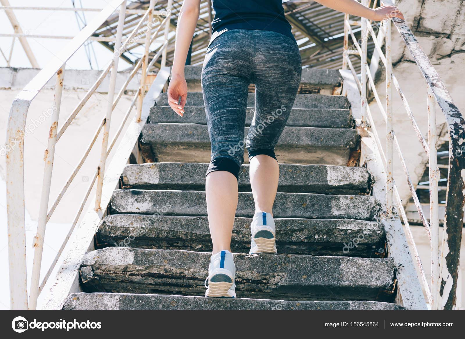 период пройдет картинки девушка поднимается по лестнице вид сзади жанра