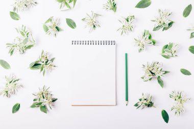 """Картина, постер, плакат, фотообои """"блокнот и карандаш среди зеленых цветов """", артикул 165010590"""