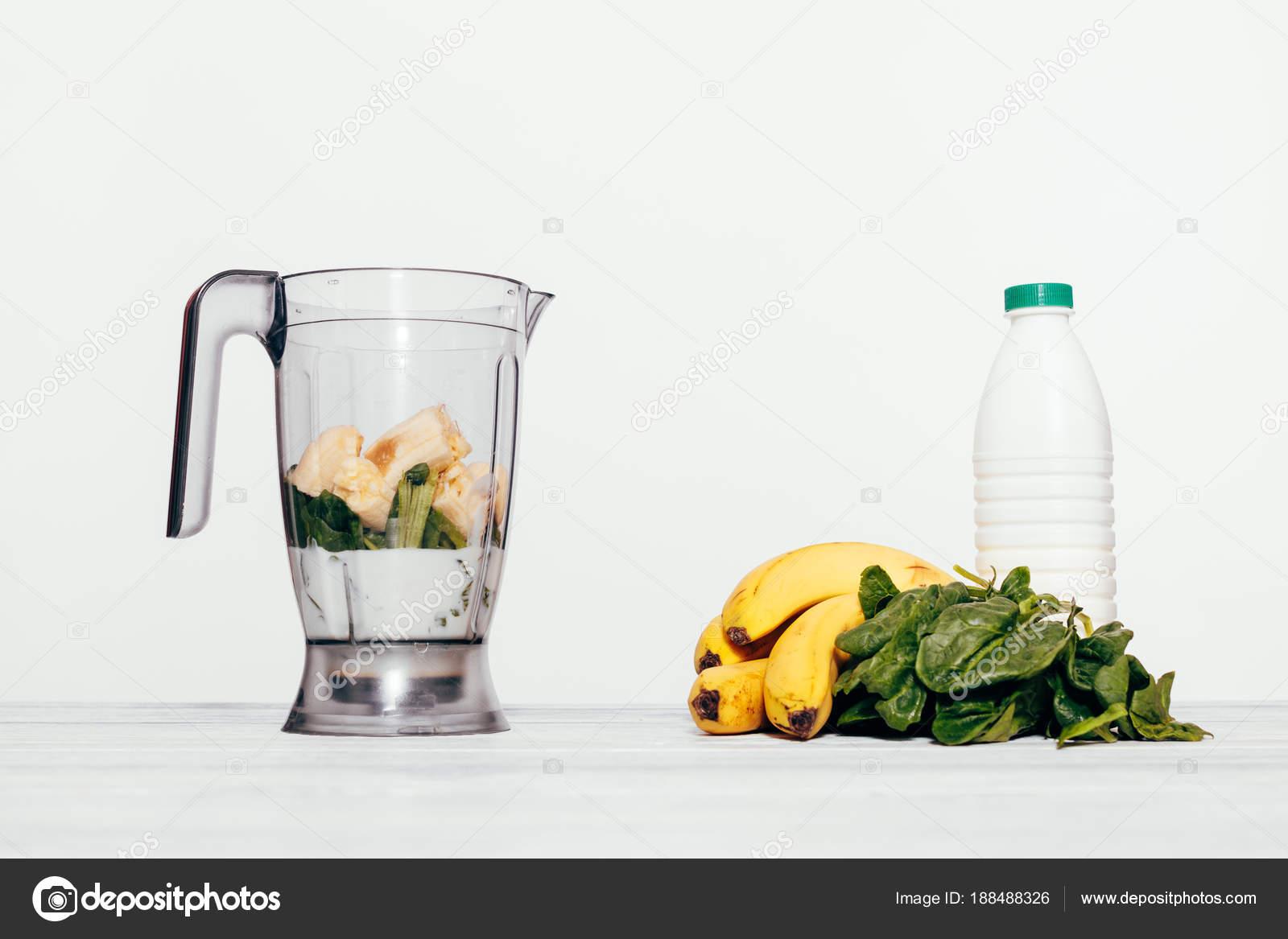 Frullati di cottura in un robot da cucina — Foto Stock ...