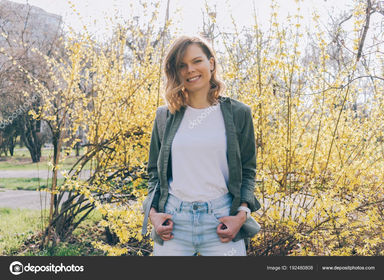 una alto Stock giovane di bianco vestita Ritratto di Foto donna in 865F5q