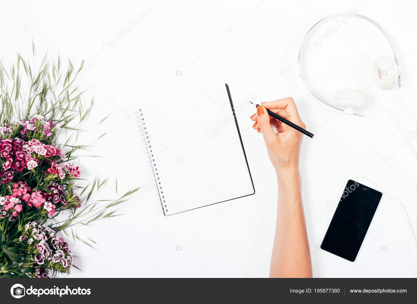Mujer Haciendo Notas Hoja Blanco Entre Flores Color Rosa Auriculares ...