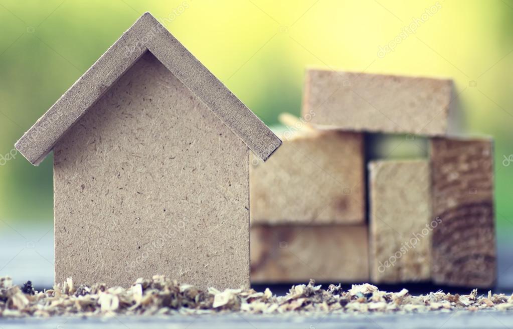 720db15f17ba Μικρό ξύλινο παιχνίδι σπίτι και απογραφή έννοια εργασίες κατασκευής κτιρίων  — Εικόνα από ...