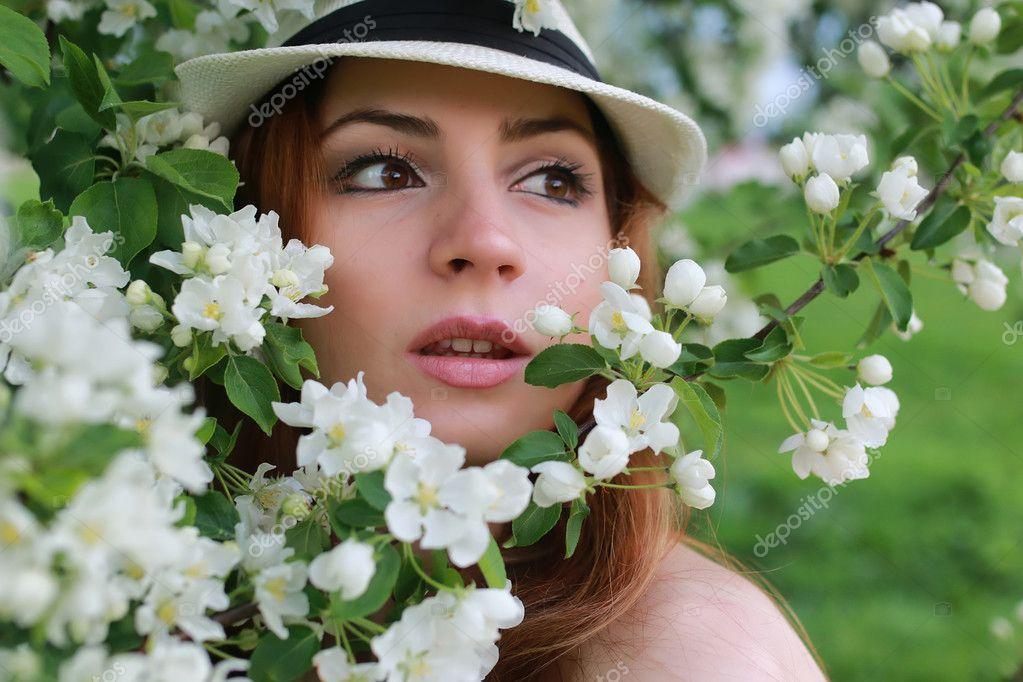 Junges Mädchen im Frühlingsgarten - Stockfotografie