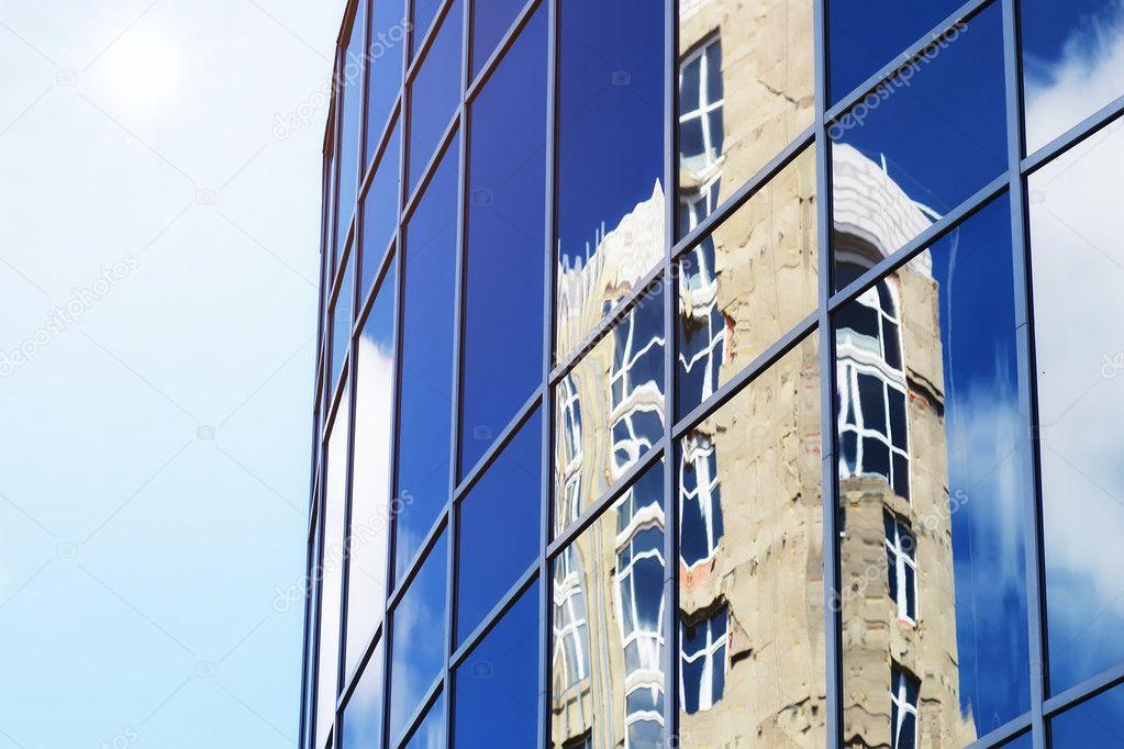 Soleil clair ciel nuage reflet dans immeuble de bureaux de verre