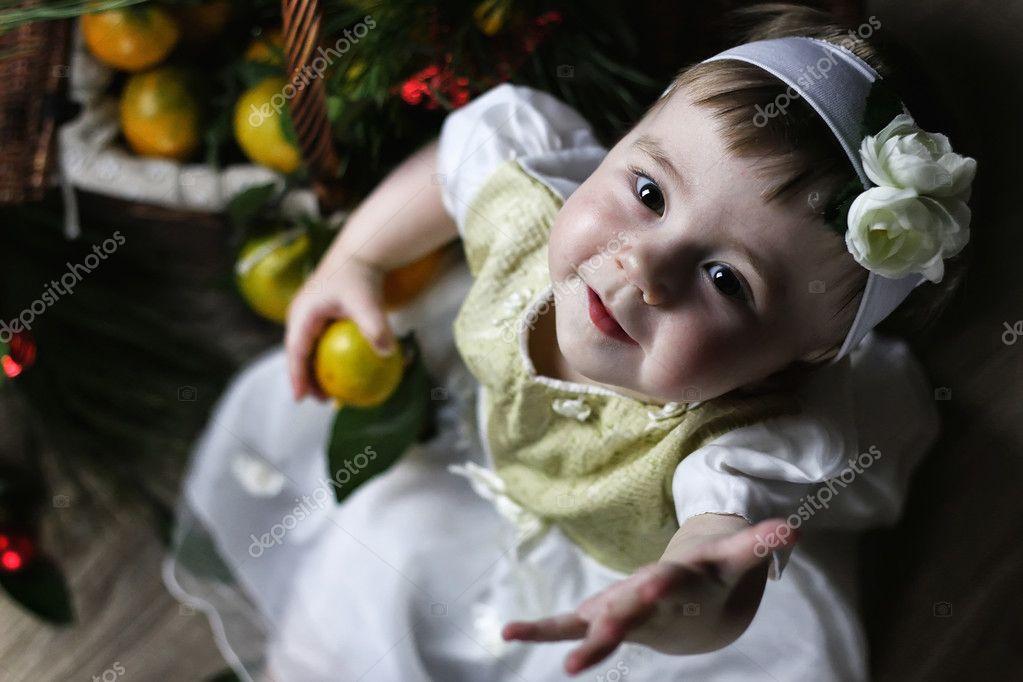 süßes kleines Mädchen Kleid mit Weihnachten Korb — Stockfoto ...