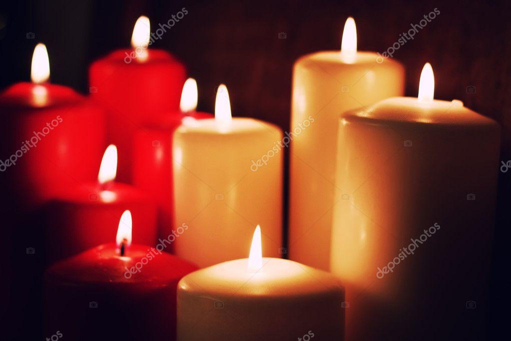 Beaucoup de bougies de différentes tailles et de couleurs sur une table  marron — Image de alexkich 316075714487
