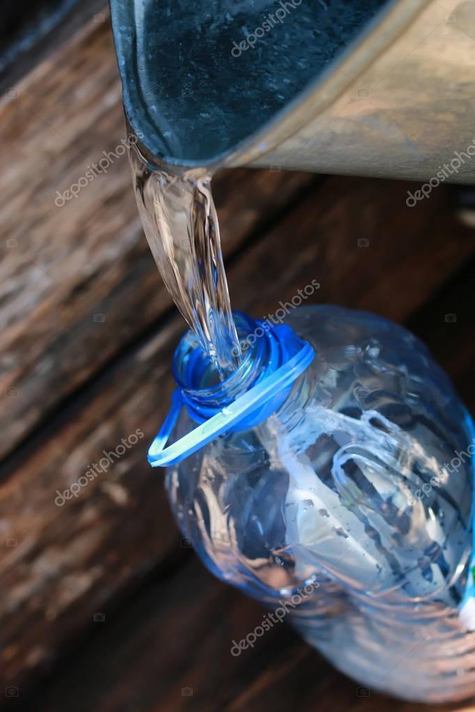 sacar agua del pozo — Fotos de Stock © alexkich #130292774