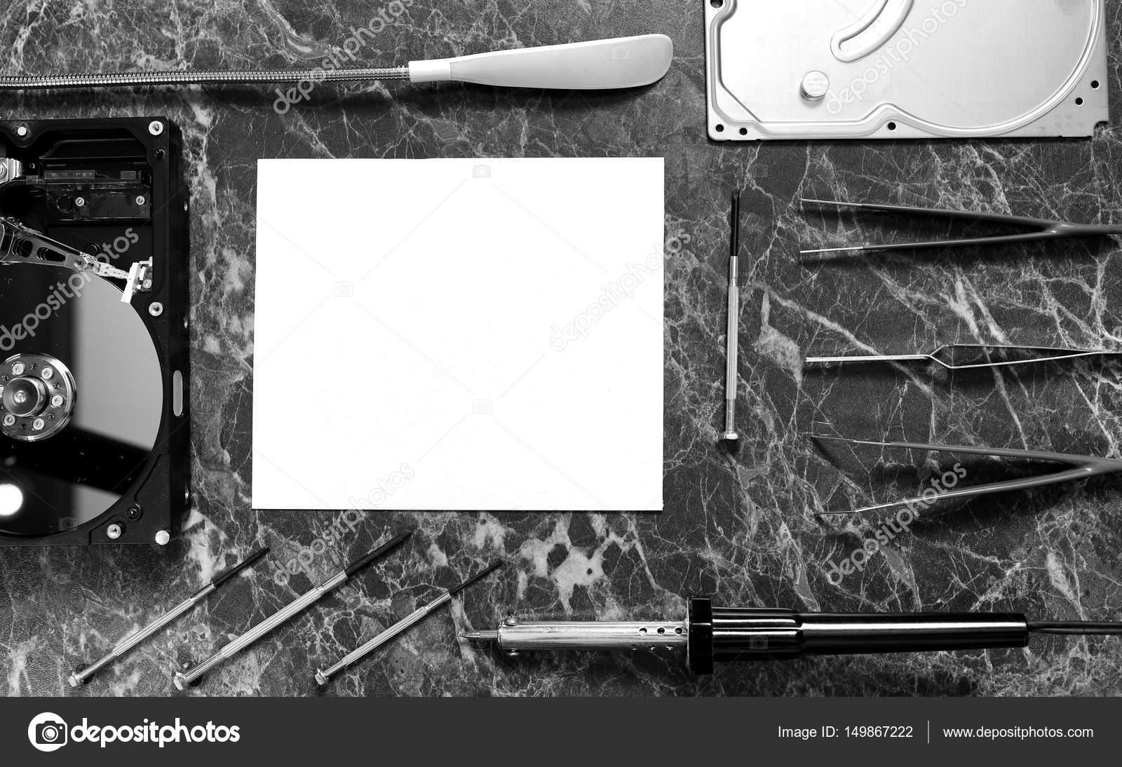 Photo noir et blanc de la feuille blanche de papier sur le travail