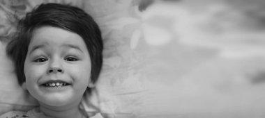 Siyah ve beyaz fotoğraf kullanabilirsin üzerinde yatan genç bir çocuk portresi