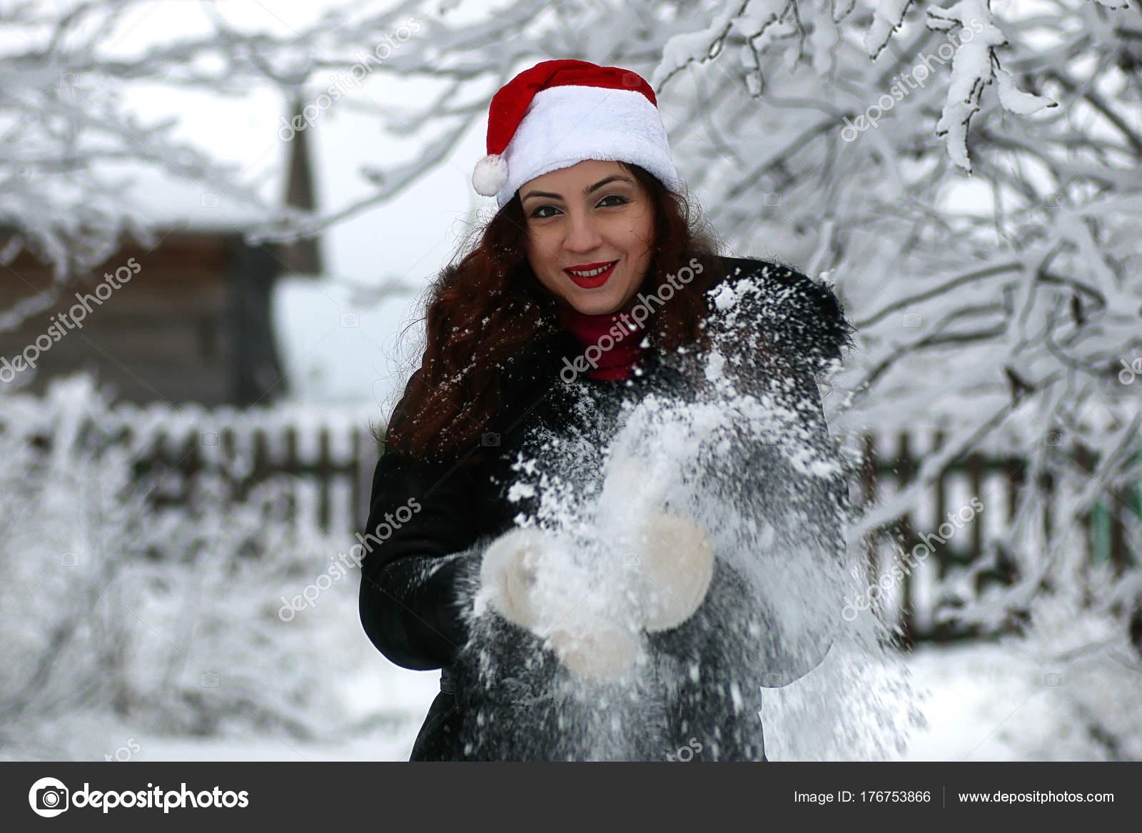Девушка красивая зимой