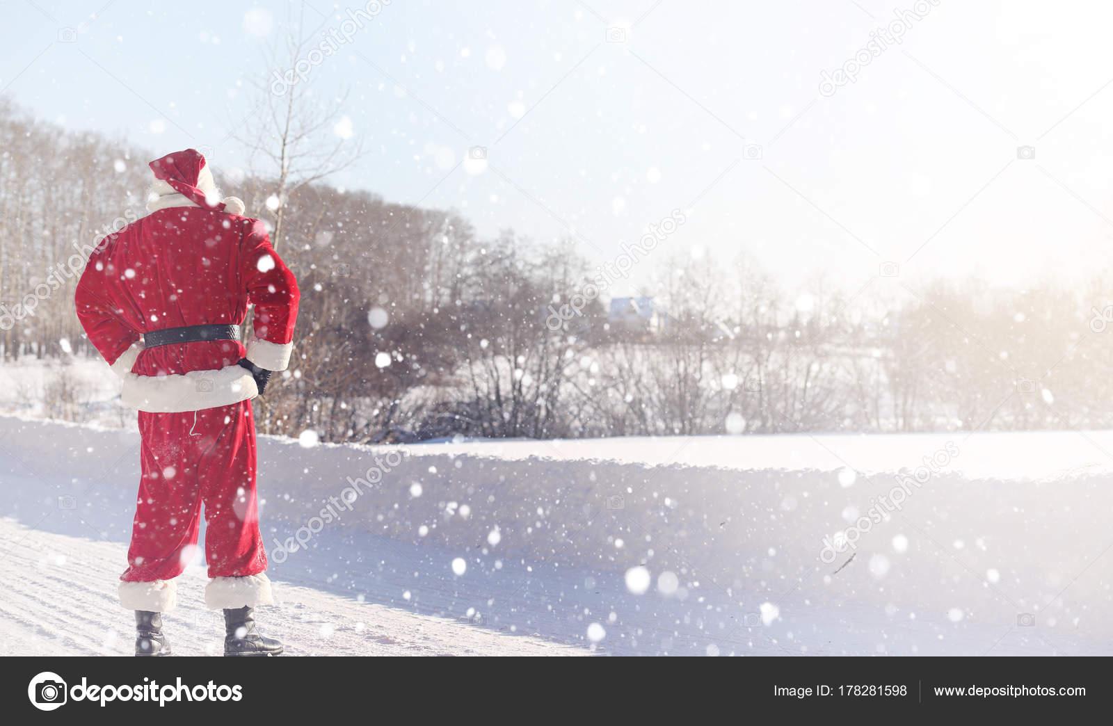 Der Weihnachtsmann Kommt Mit Geschenken Aus Der Im Freien Nikolaus