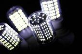 A lámpa LED elemek. Lámpák dióda. Sok élénk fények