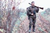 Egy ember, álcázás és egy vadászpuskát egy erdőben egy sp
