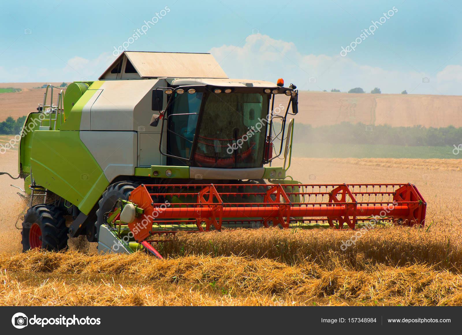 219cc3be84 Raccolta del grano. Combinare il grano maturo di mietitrice raccolto in una  fattoria — Foto di ...