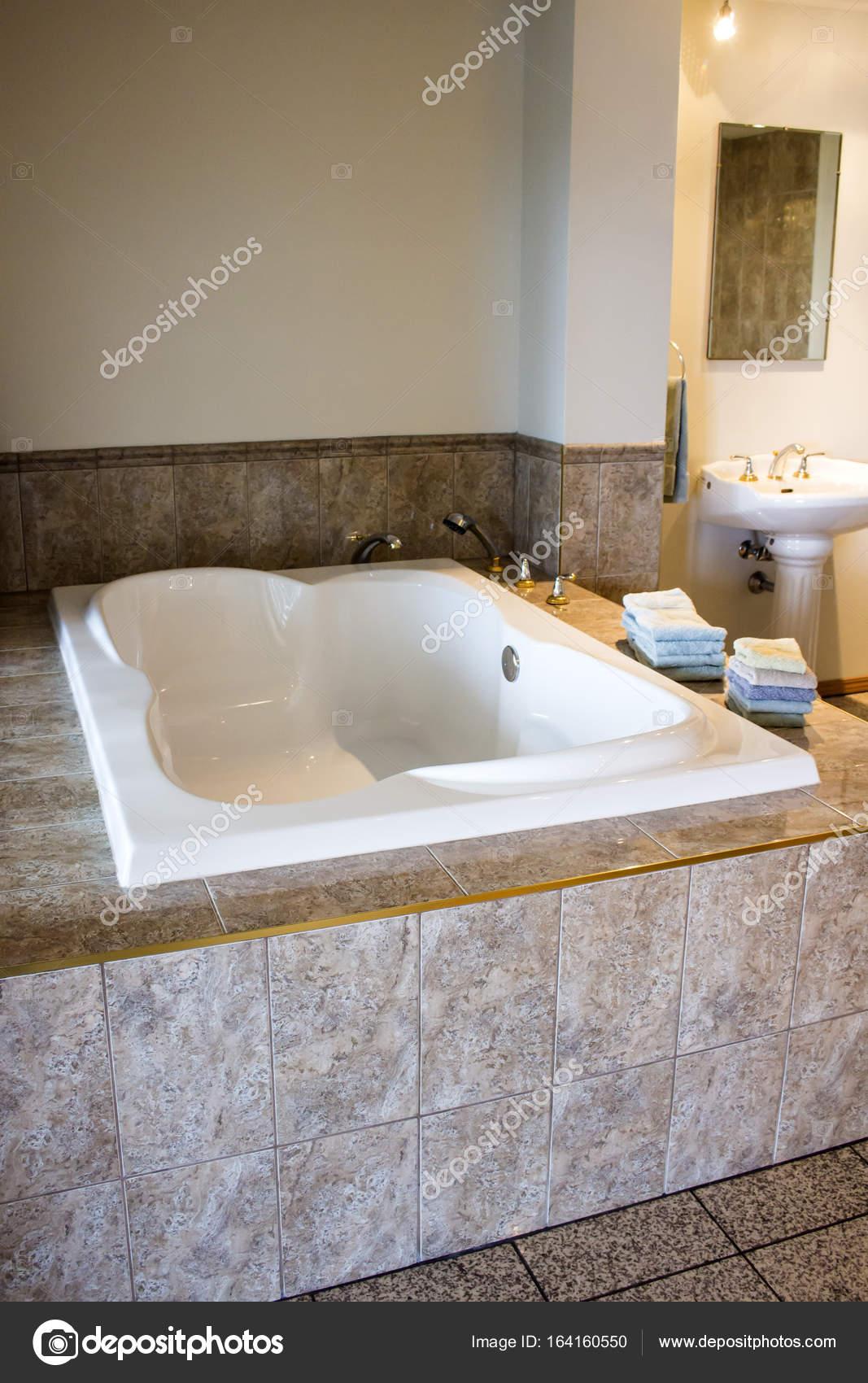 Luxe ligbad, badkamer — Stockfoto © MichikoDesign #164160550