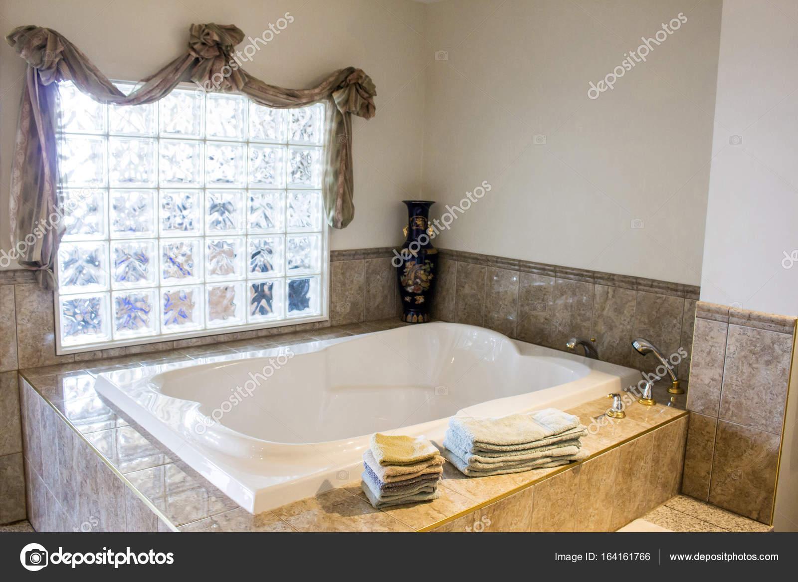 Luxe ligbad, badkamer — Stockfoto © MichikoDesign #164161766