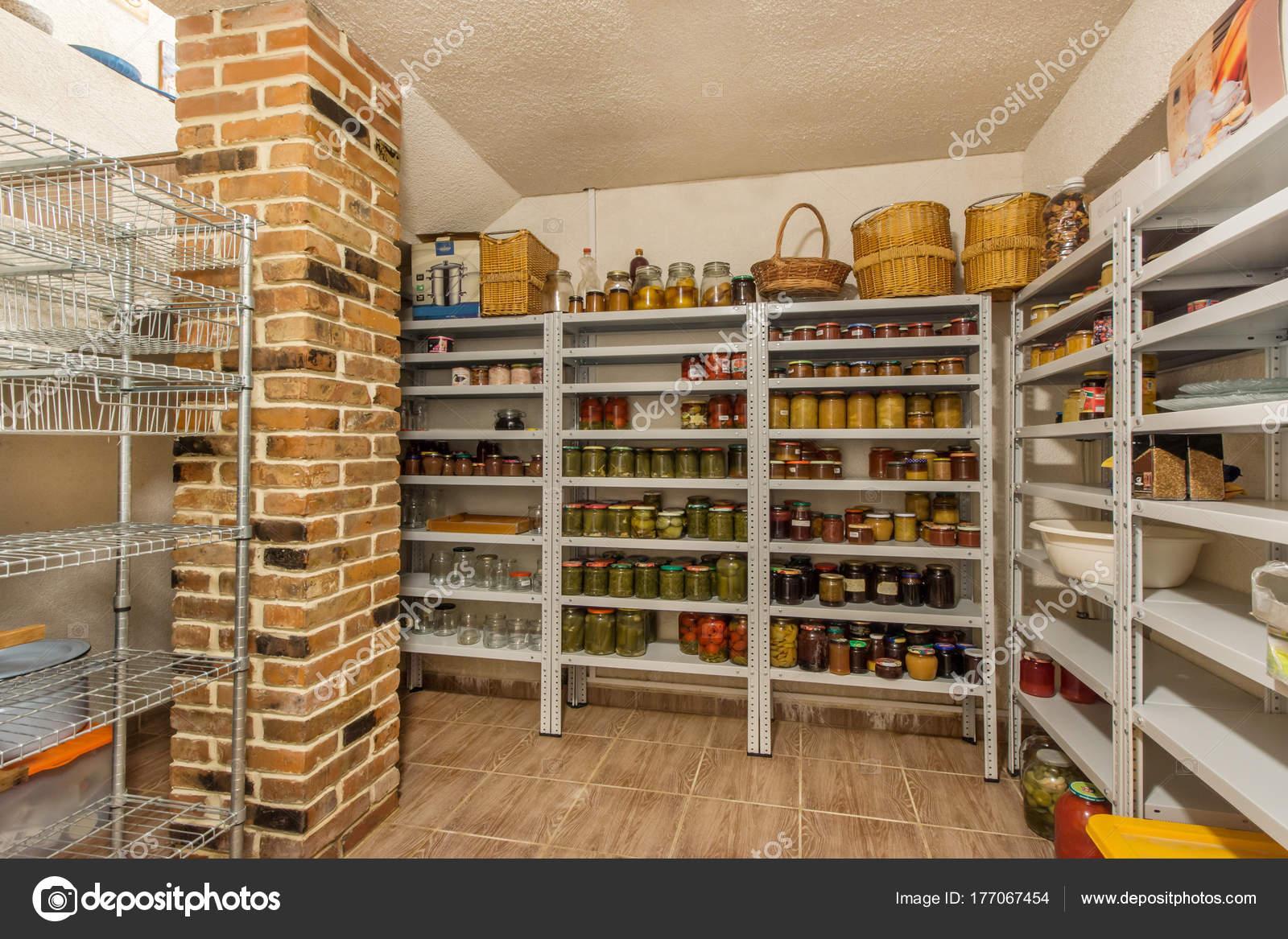 essen lagerraum verschiedene gl ser mit nach hause canning obst und stockfoto domkrugom. Black Bedroom Furniture Sets. Home Design Ideas