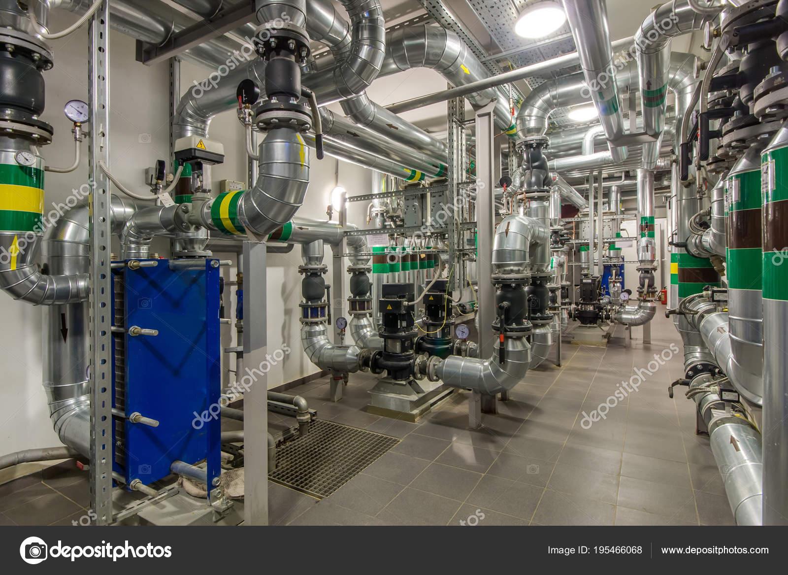 Moderne Unabhängige Heizung Heizraum Rohrleitungen Wasser Pumpen ...