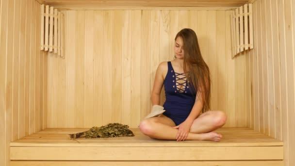Mladá krásná dívka bere Spa terapie