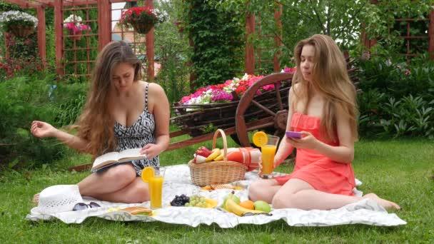 Le ragazze hanno un pic-nic e leggere un libro