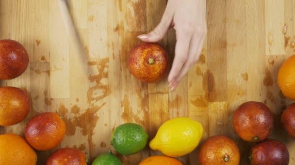 Pomeranč na dřevěný stůl