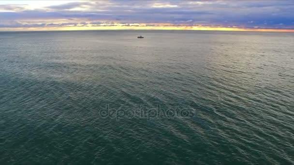 DRONY letu nad moře molo s majákem.