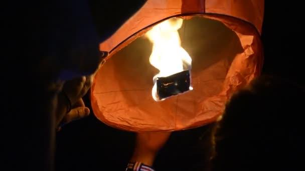 Lanterna a partire per volare al cielo di fuoco
