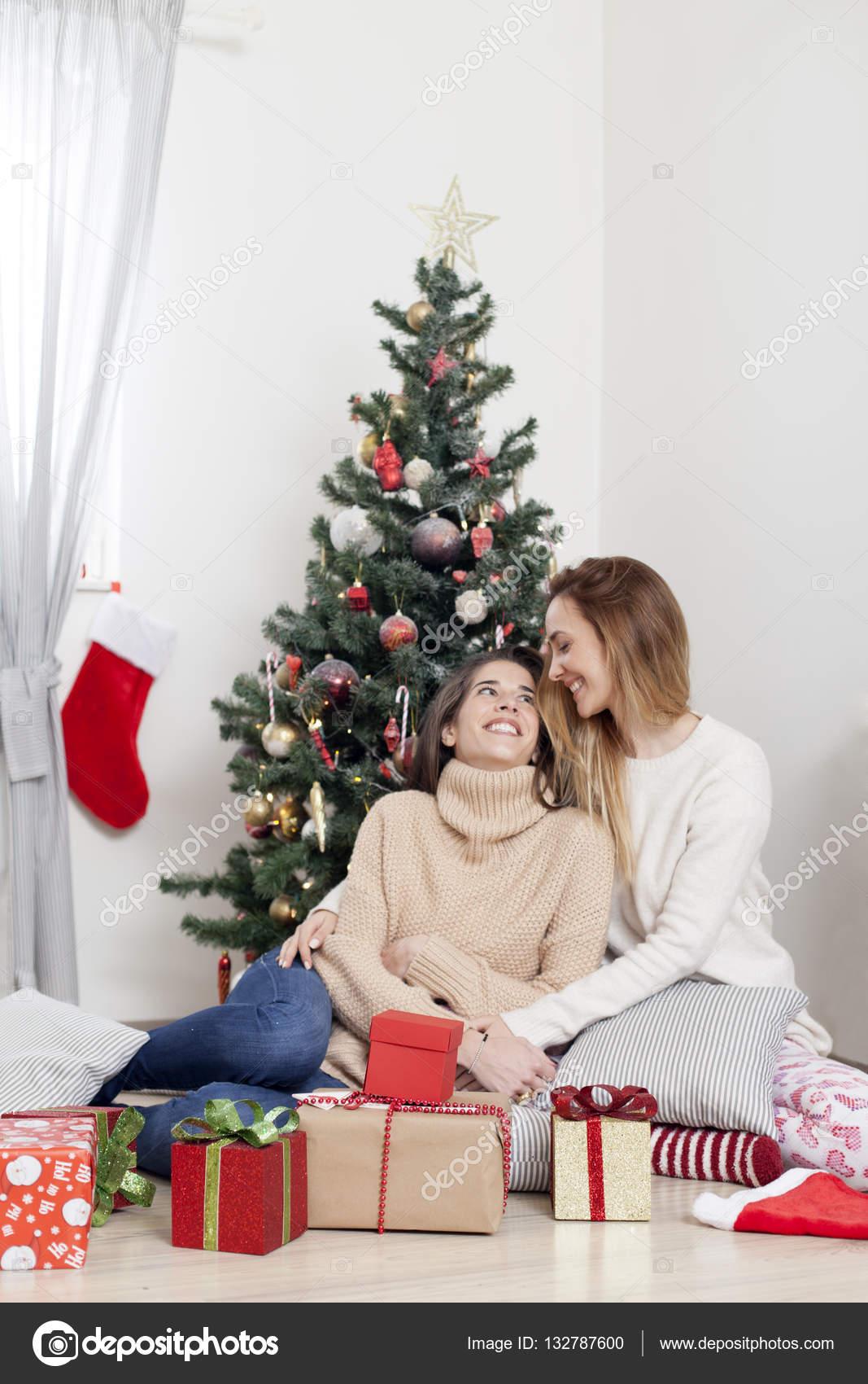 Frauen neben Weihnachtsbaum mit Weihnachtsgeschenke — Stockfoto ...