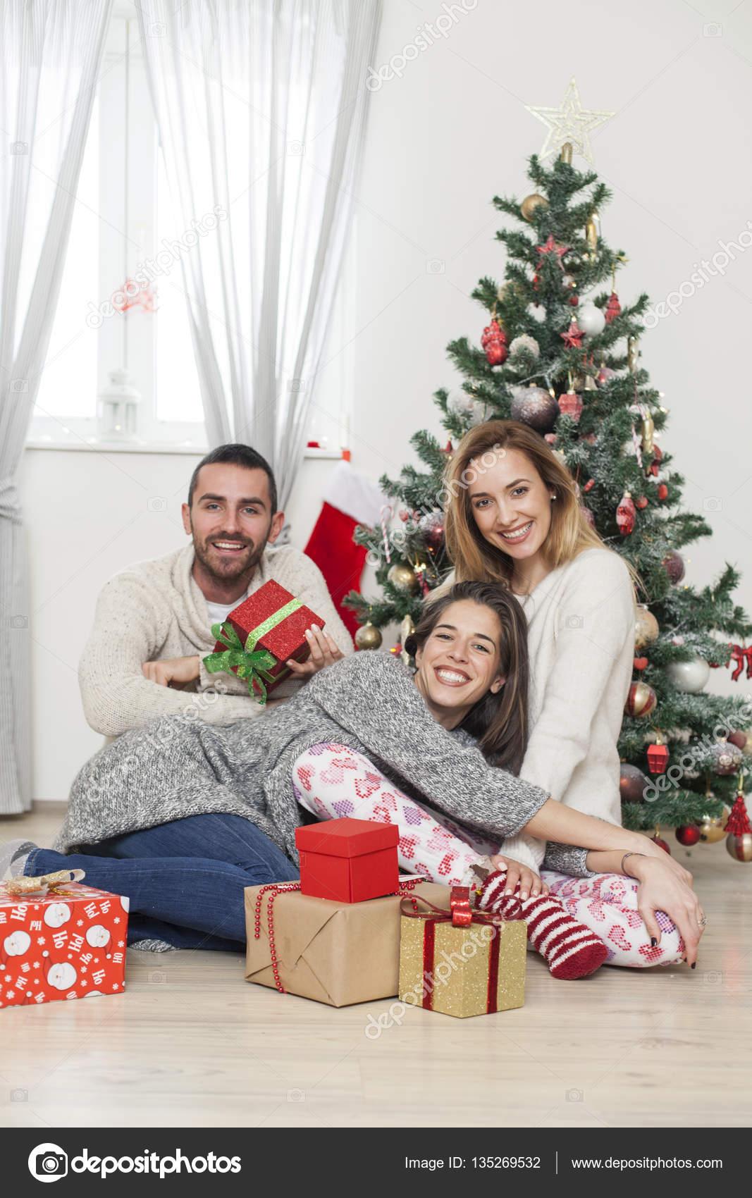 Albero Di Natale Con Foto Amici.Amici Che Si Siedono Vicino All Albero Di Natale Con