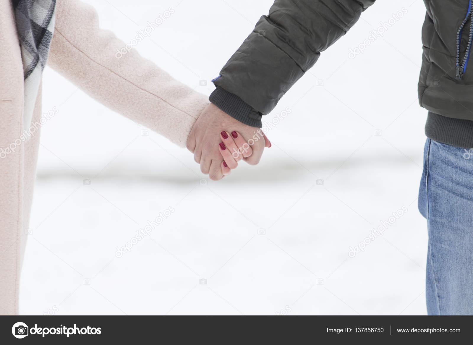 paar hand in hand gehen auf schnee stockfoto nikodash 137856750. Black Bedroom Furniture Sets. Home Design Ideas
