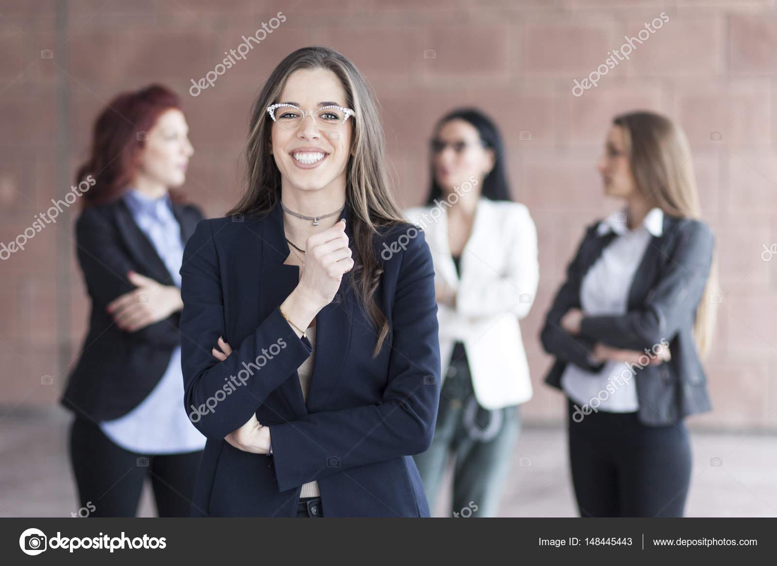 Успешные улыбается женщина бизнес, ведущих бизнес-группы.