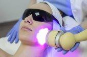 Žena dostat obličeje laserem