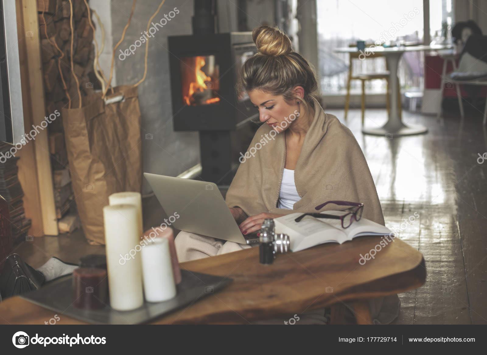 Junge Schöne Frau Wohnzimmer Sitzt Auf Dem Boden Und Kommuniziert ...