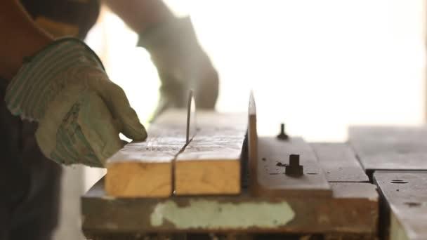 kotoučová pila bourání dřevěné prkno