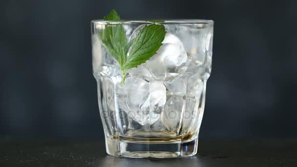 Kóla, jég. Kóla, jég és a buborékok öntéssel üveg.