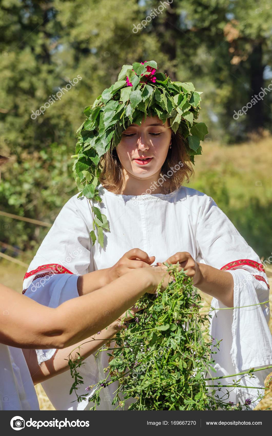 Madchen In Russische Folklore Kleidung Webt Einen Kranz Gras Und