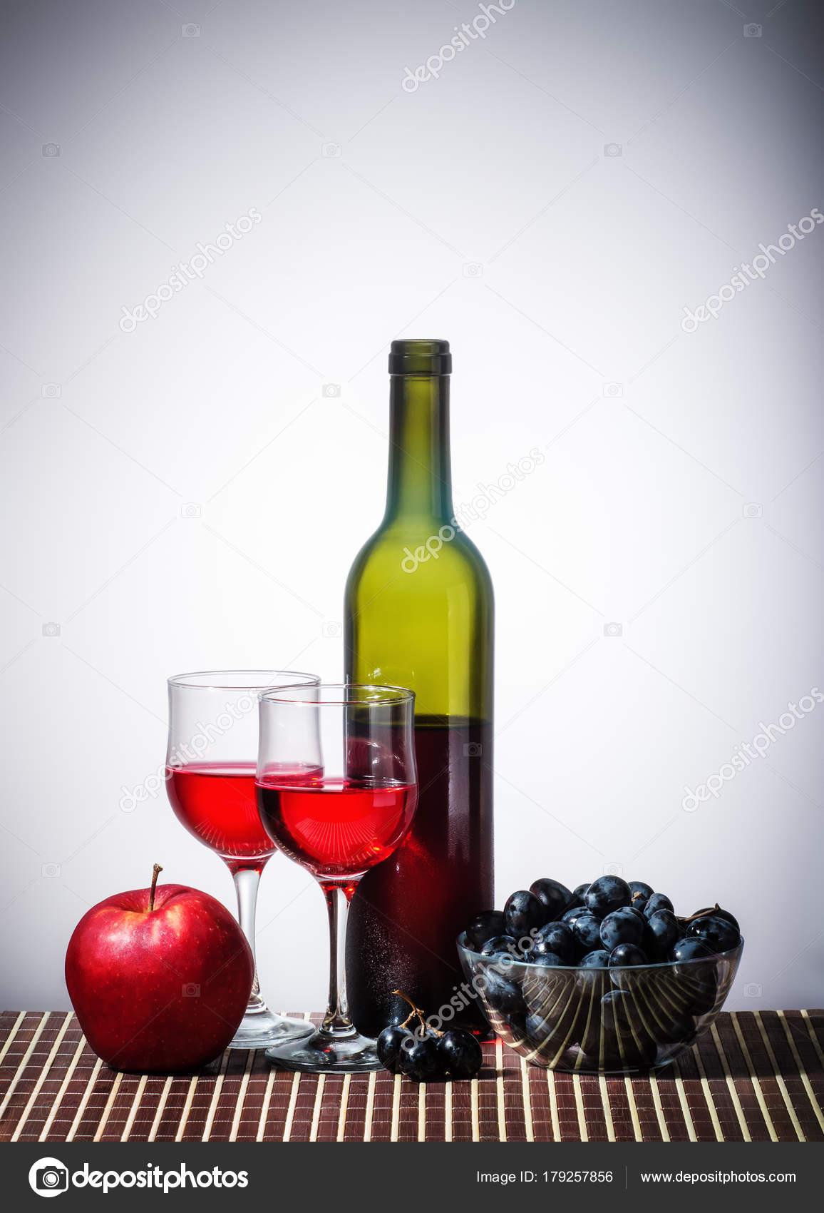 nature morte avec bouteille vin open rouge vin rouge deux photographie vadyuhin 179257856. Black Bedroom Furniture Sets. Home Design Ideas
