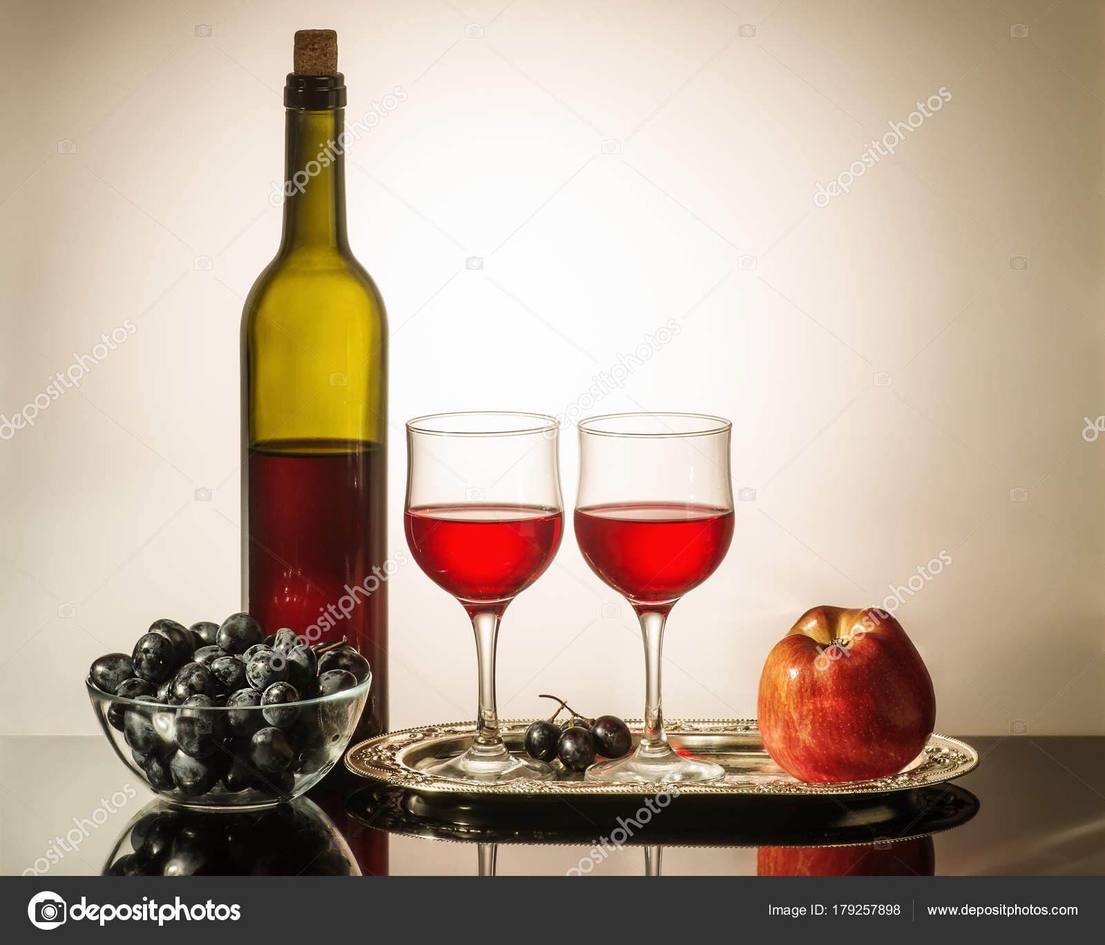nature morte avec rouge vin une bouteille vin rouge deux photographie vadyuhin 179257898. Black Bedroom Furniture Sets. Home Design Ideas