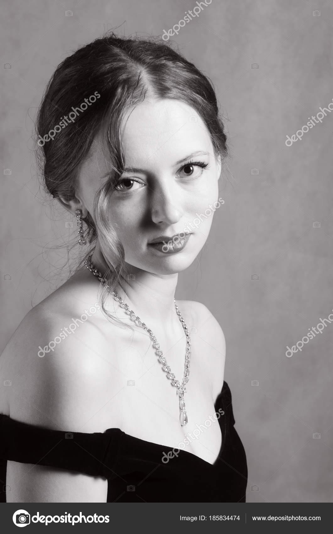 Видео ножки очаровательная блондинка на черно-белом фото картинки косплей