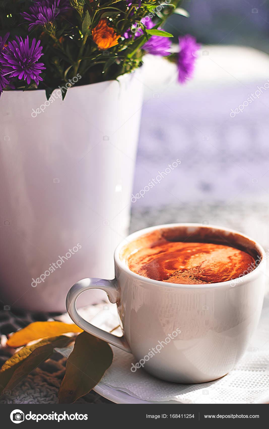 Taza de café y flores ramo de café sobre la mesa con mantel de ...