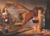 Spanyol Jamón Serrano, tabla, jamonera, jamonero kést, üveg- és üveg bort. Élelmiszer fénykép koncepció
