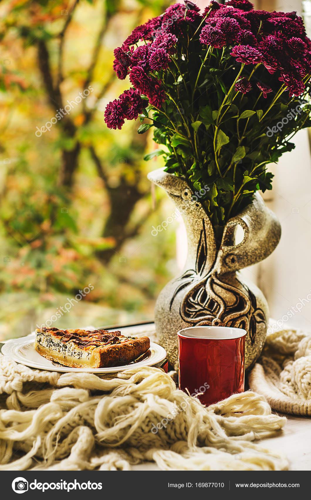 Herbstliche Stillleben mit Blumen in Vase, Scheibe Käse Kuchen ...