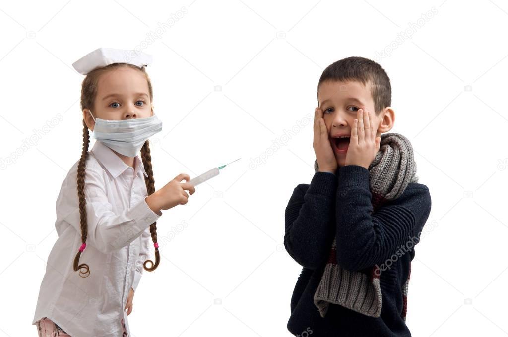 https://st3.depositphotos.com/4627131/13676/i/950/depositphotos_136768802-stock-photo-little-girl-holding-a-syringe.jpg