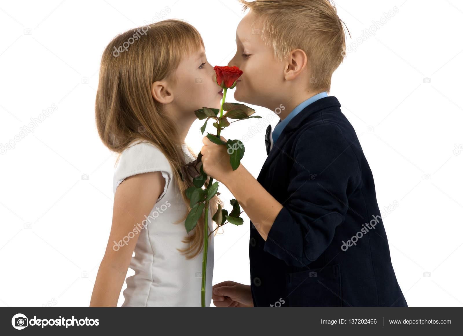Женщина даёт мальчику фото 542-54