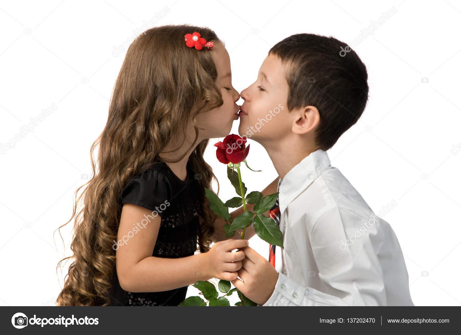 Поцелуй между двумя девушками