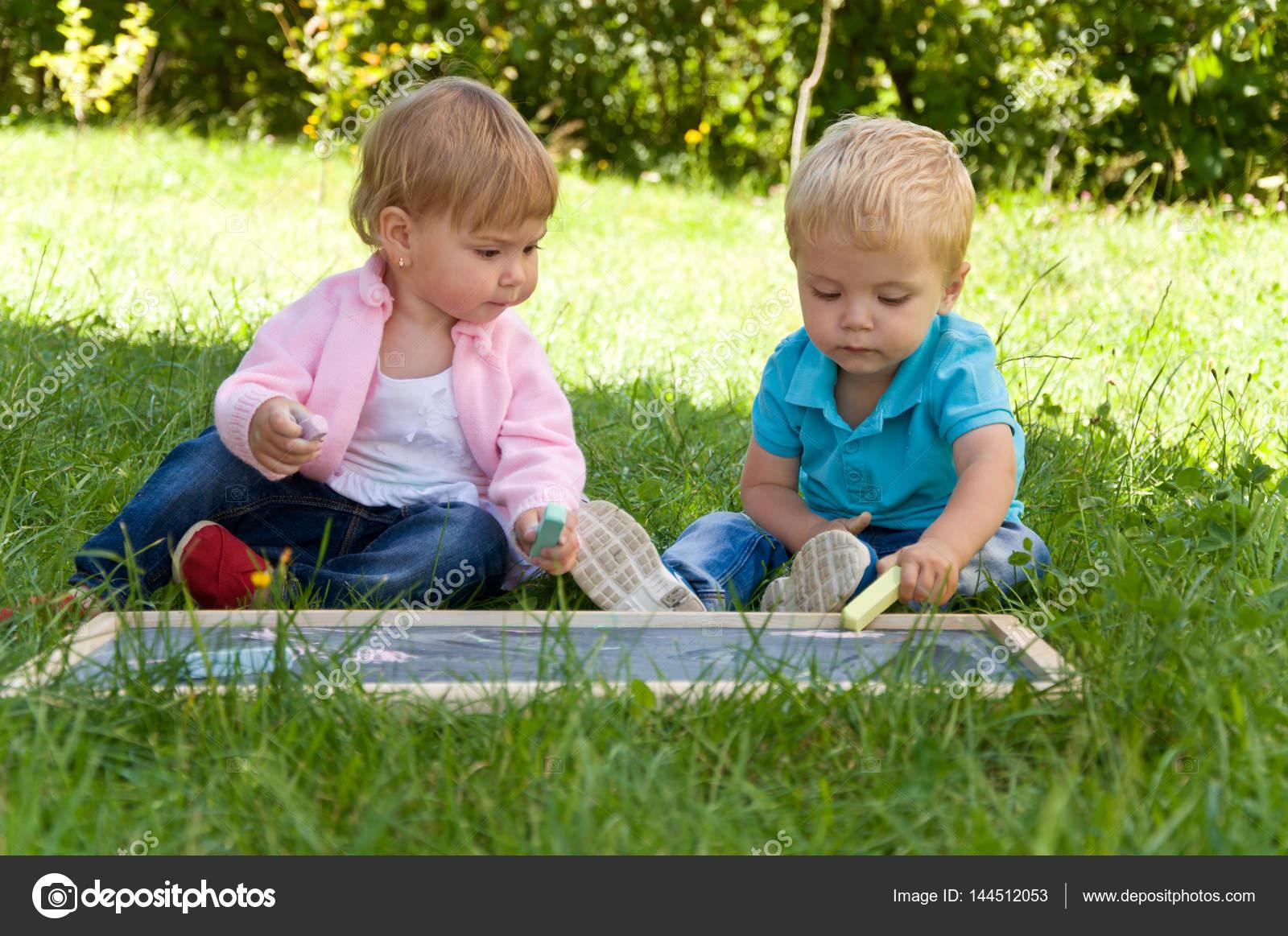 5bbf631999c κορίτσι και αγόρι. μικρά παιδιά περνούν ώρα στη φύση — Φωτογραφία ...