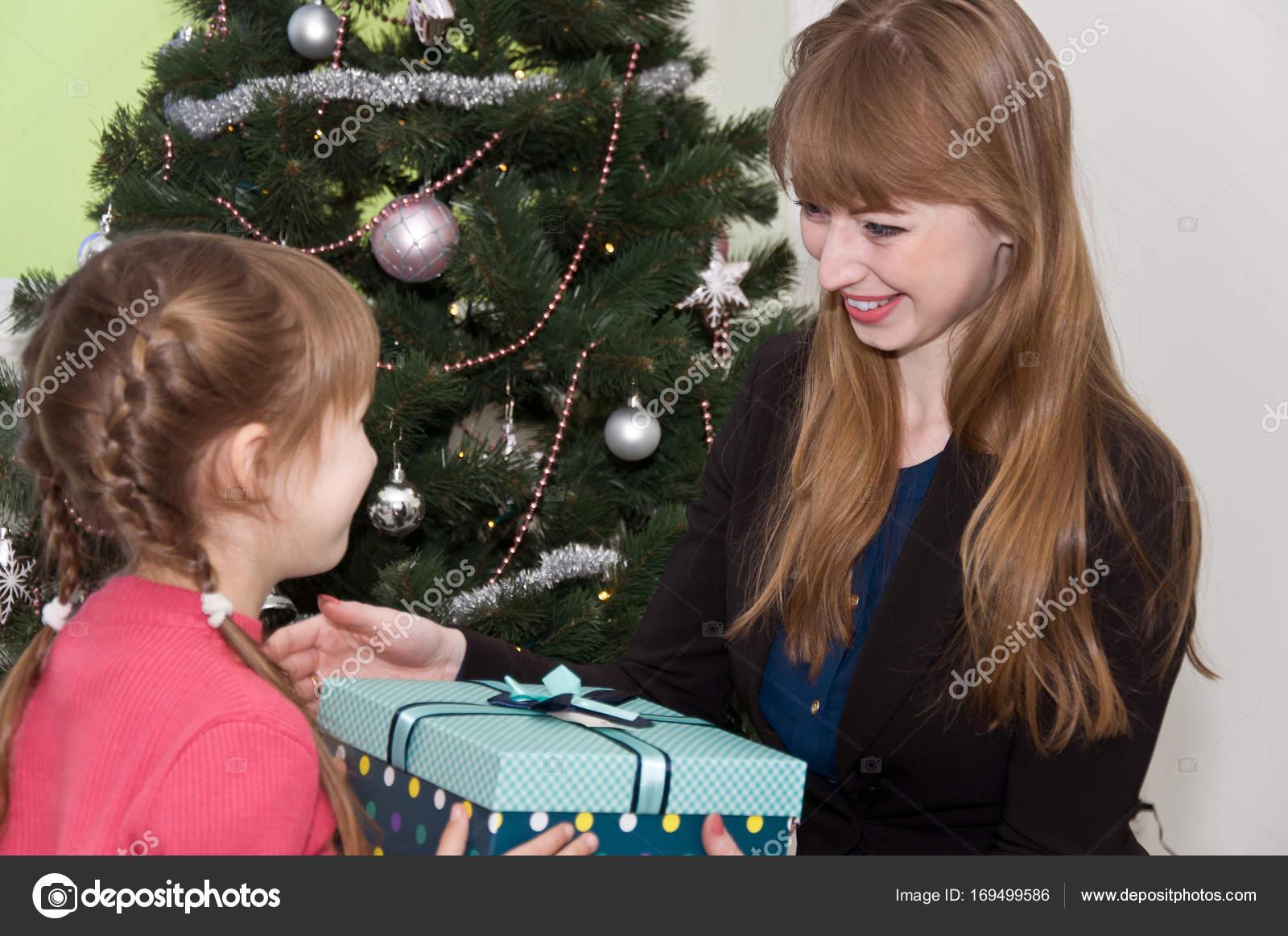 Mutter und Tochter haben Weihnachtsgeschenke von einander ...
