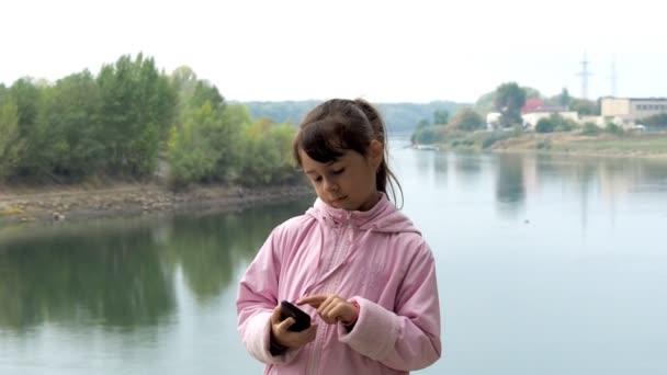 Dítě volá na mobil v přírodě