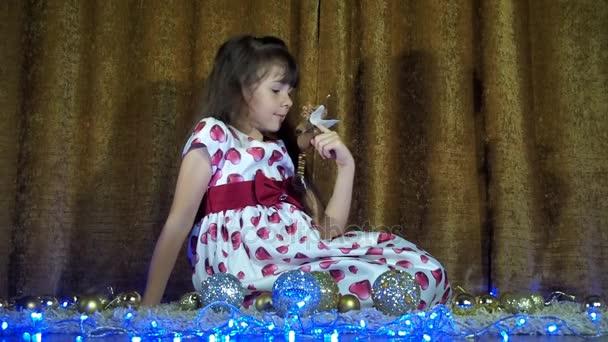 Silvestrovské, vánoční dítě ozdobit vánoční stromeček