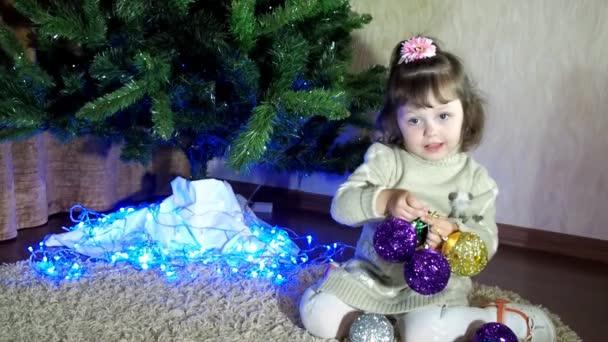 Silvester, Weihnachten, die das Kind schmücken den Weihnachtsbaum